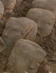 古墓驚現300年女尸 兩腿之間流出神秘黑色物體