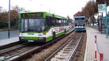 公交车跑上铁路,时速90公里,英国剑桥就有