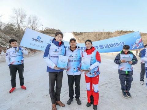 佟健助阵校园冰雪嘉年华 鼓励学生积极参与冰雪运动